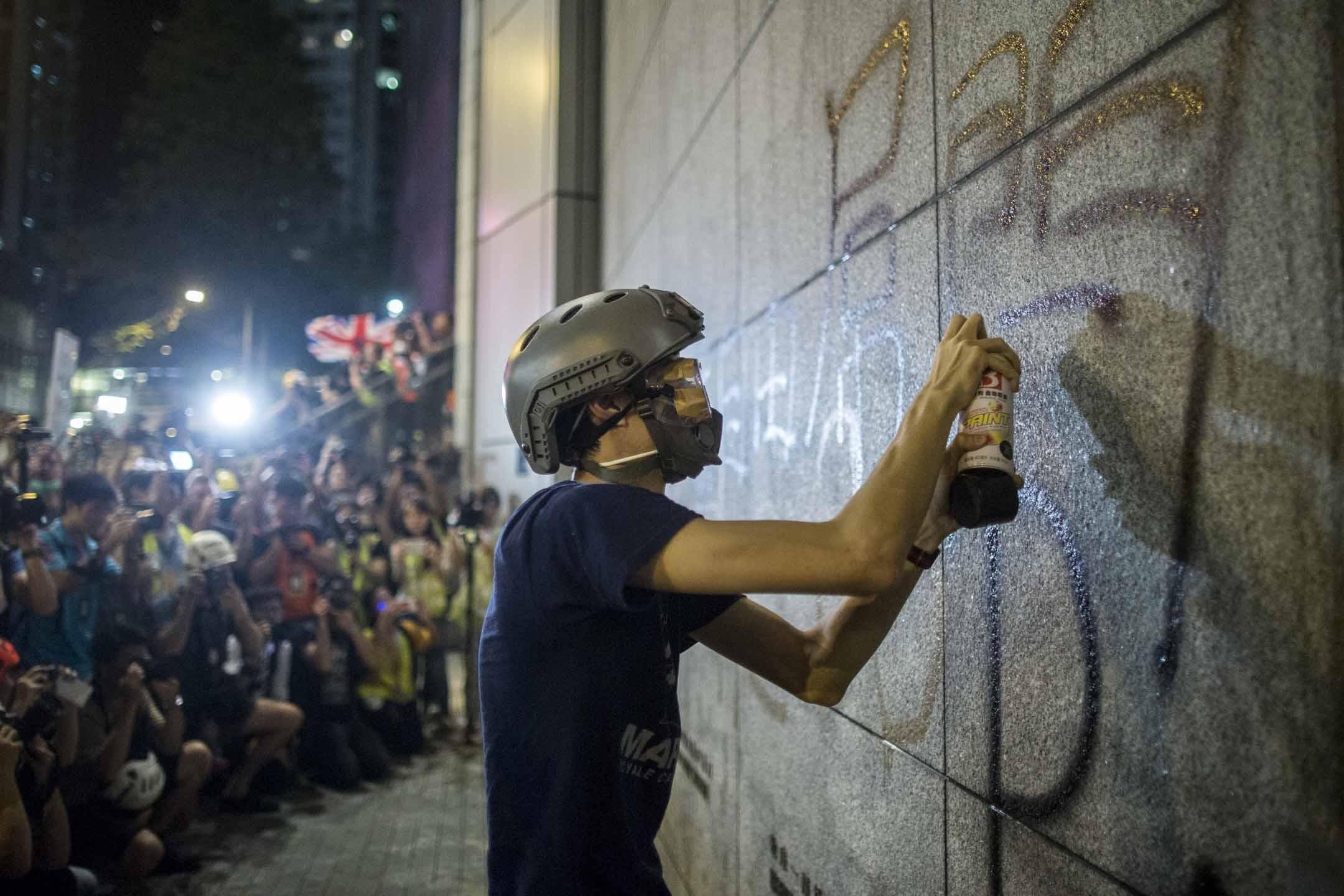 2019年6月26日,示威者包圍警察總部,並向警總外牆塗鴉。 攝:林振東/端傳媒