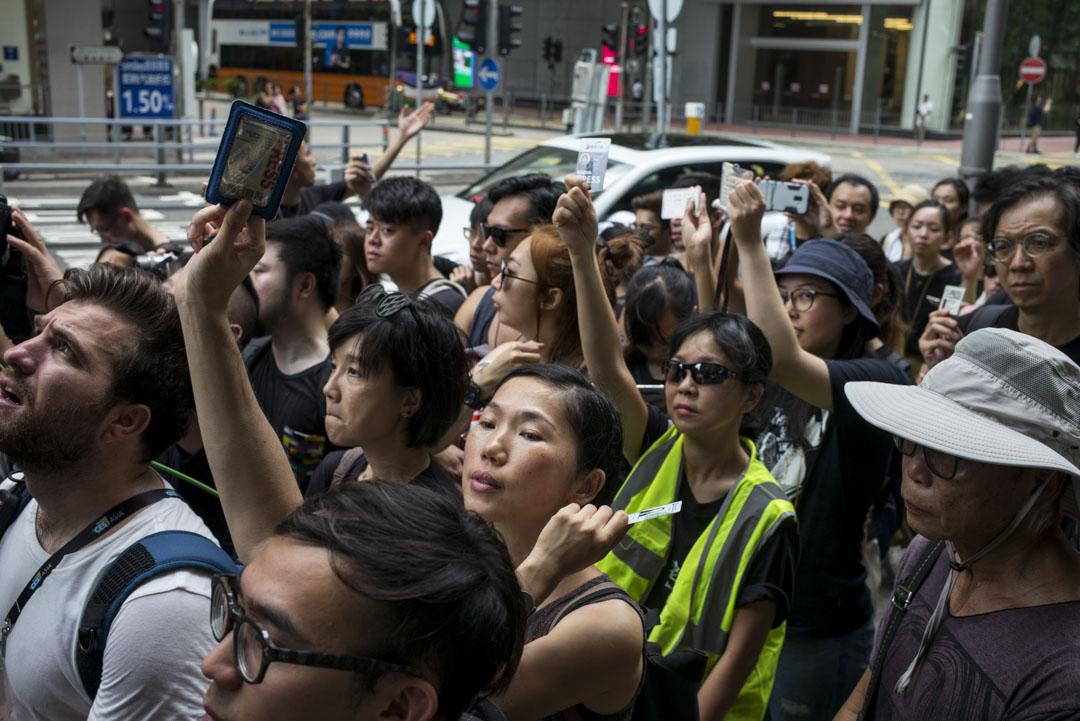 2019年7月14日,參加者在警總外展示記者證,因警方執法時未有展示委任證,故希望記者可向警方展示自己的專業和「代表我們是光明正大」。