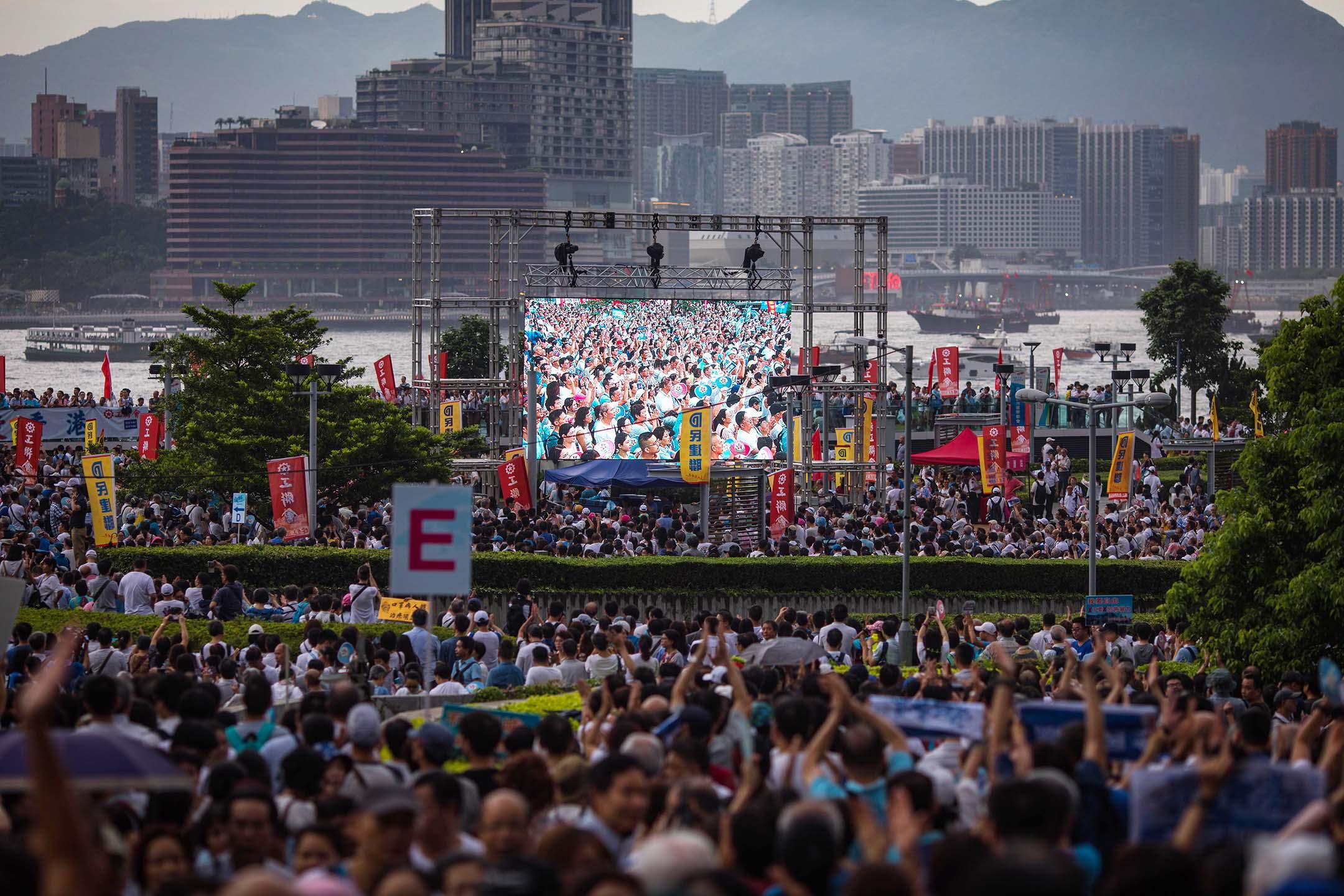 2019年7月20日,金鐘「守護香港」大集會,大會宣布,共有31.6萬人出席集會;警方就說最高峰有10萬3千人參加。 攝:陳焯煇/端傳媒