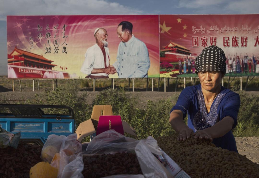 中共對新疆穆斯林少數民族的大規模監禁並強制灌輸共產黨思想都旨在強行轉化和重塑他們的身份認同。