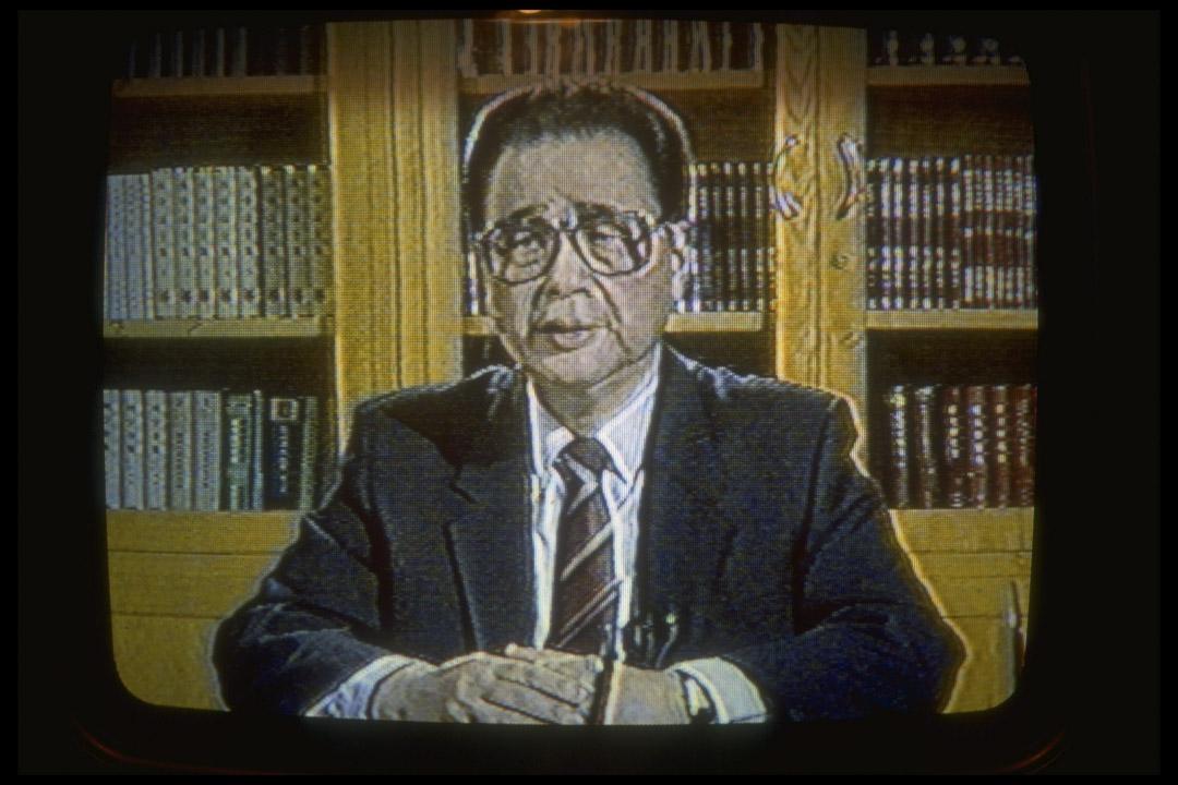 李鵬在晚間新聞節目宣布北京解除戒嚴。