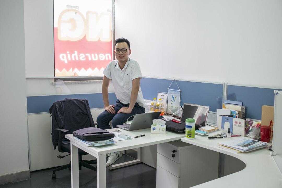 23歲的黃偉憧在南沙創匯谷園區的辦公室。