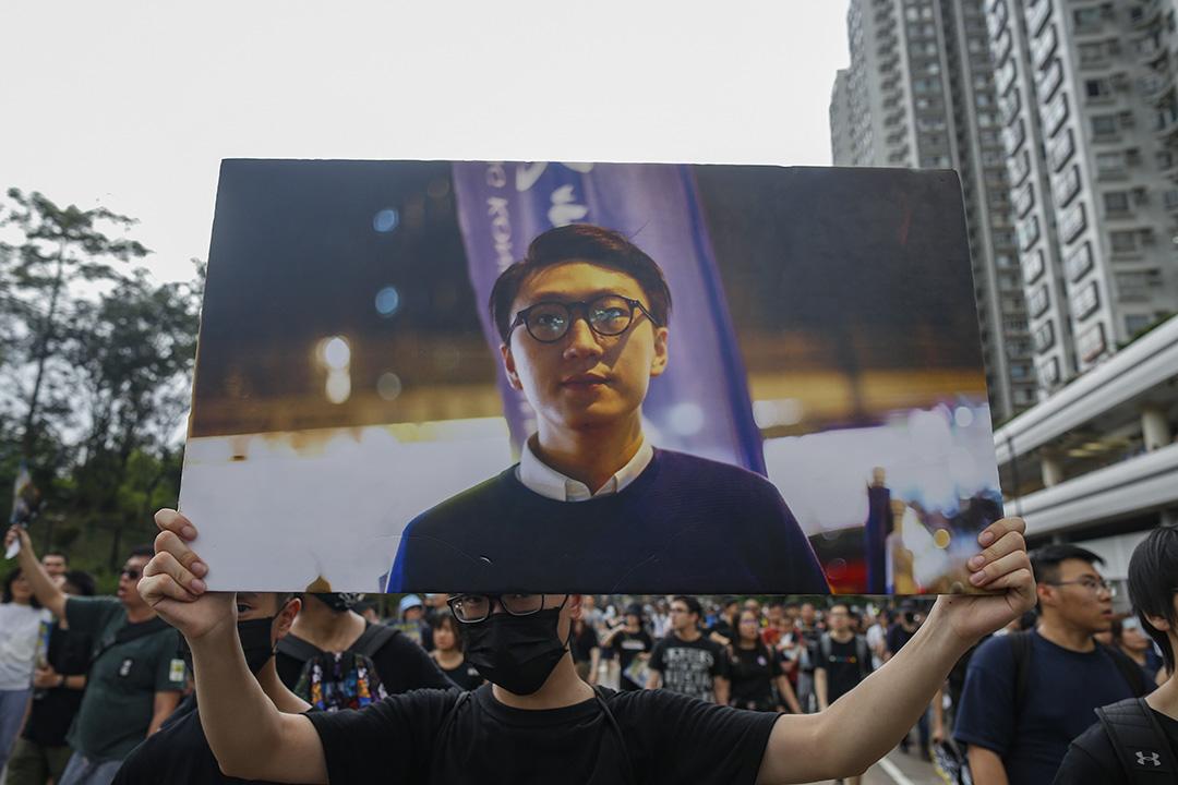 沙田區大遊行,參加者舉起梁天琦紙牌。