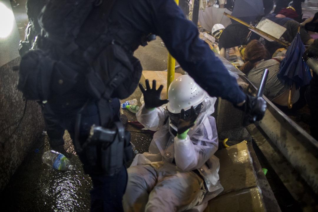 2019年7月28日,警方清去於上環一帶聚集的示威者時,有示威者倒地。