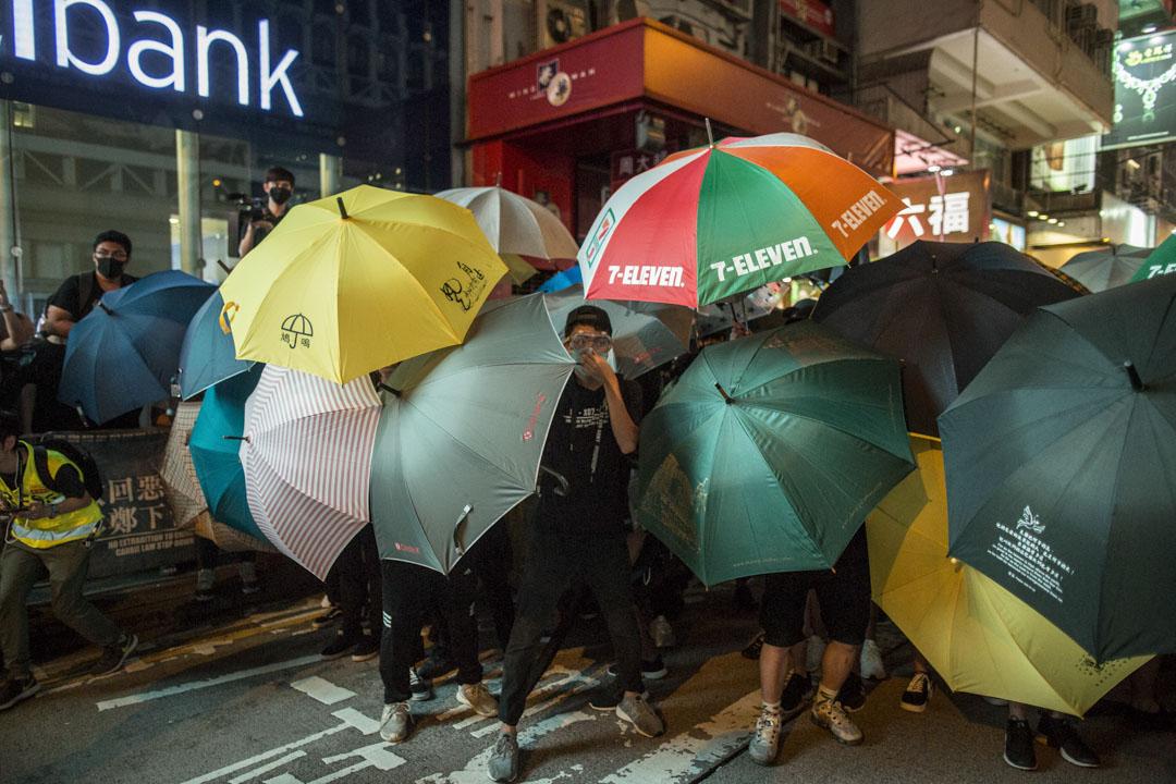 2019年7月7日晚上,警方在旺角彌敦道清場,示威者以雨傘抵擋。