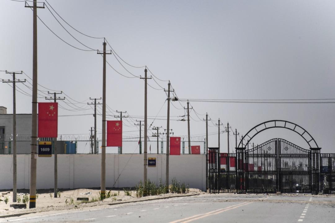 所有這些都是再教育營存在的確鑿證據。近期去過新疆的遊客也指出許多維吾爾商店關了門,街道上也明顯少了很多人。