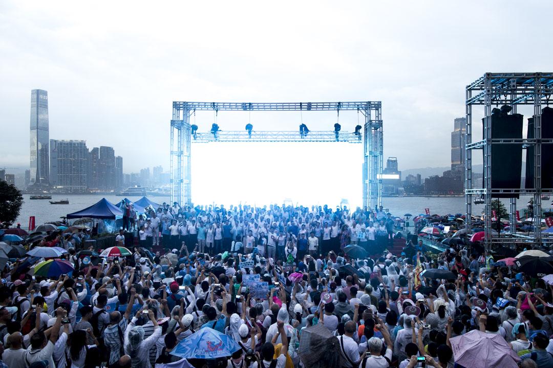 2019年7月20日,金鐘添馬公園「守護香港」大集會,眾人宣讀大會宣言後,一起高唱《獅子山下》。