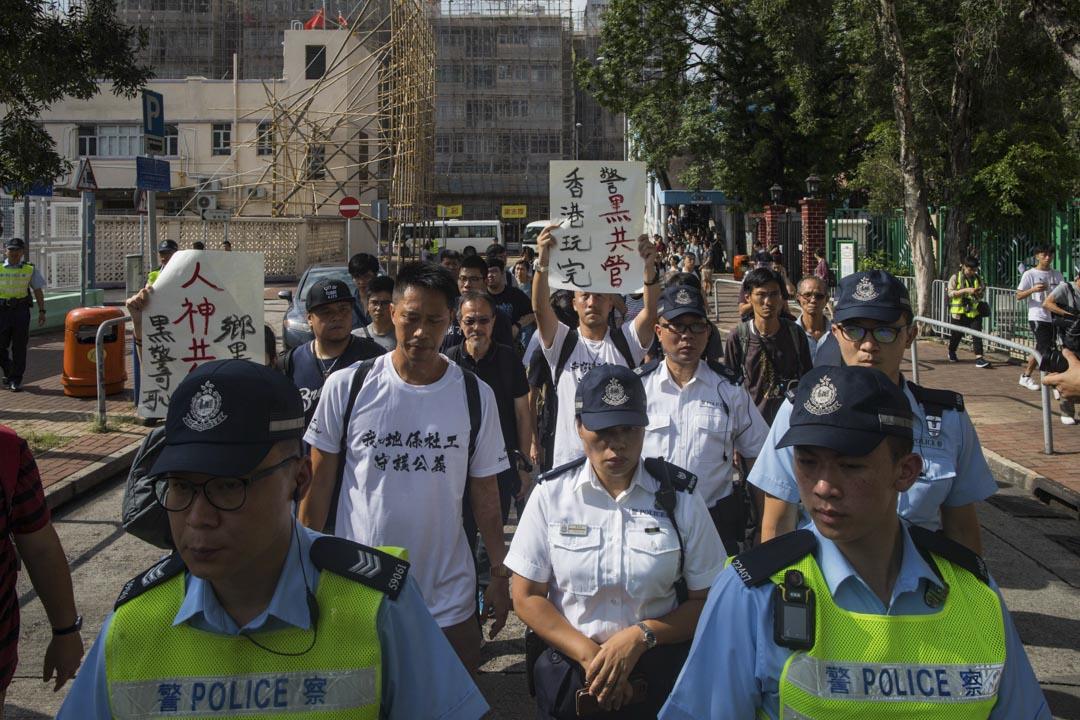 2019年7月22日,社工到元朗警署報案,由警員護送往警署。