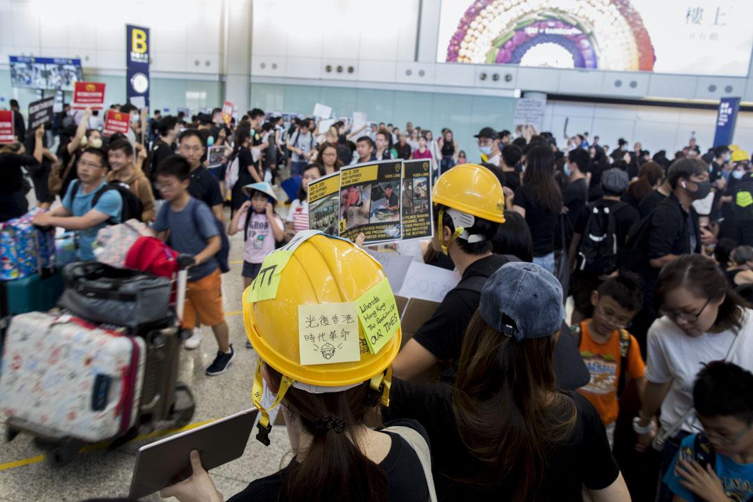 2019年7月26日,「和你飛」集會,參加者向抵港旅客派發單張。