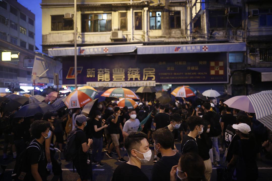 2019年7月13日,示威者包圍藥房,並在鐵閘上塗鴉。