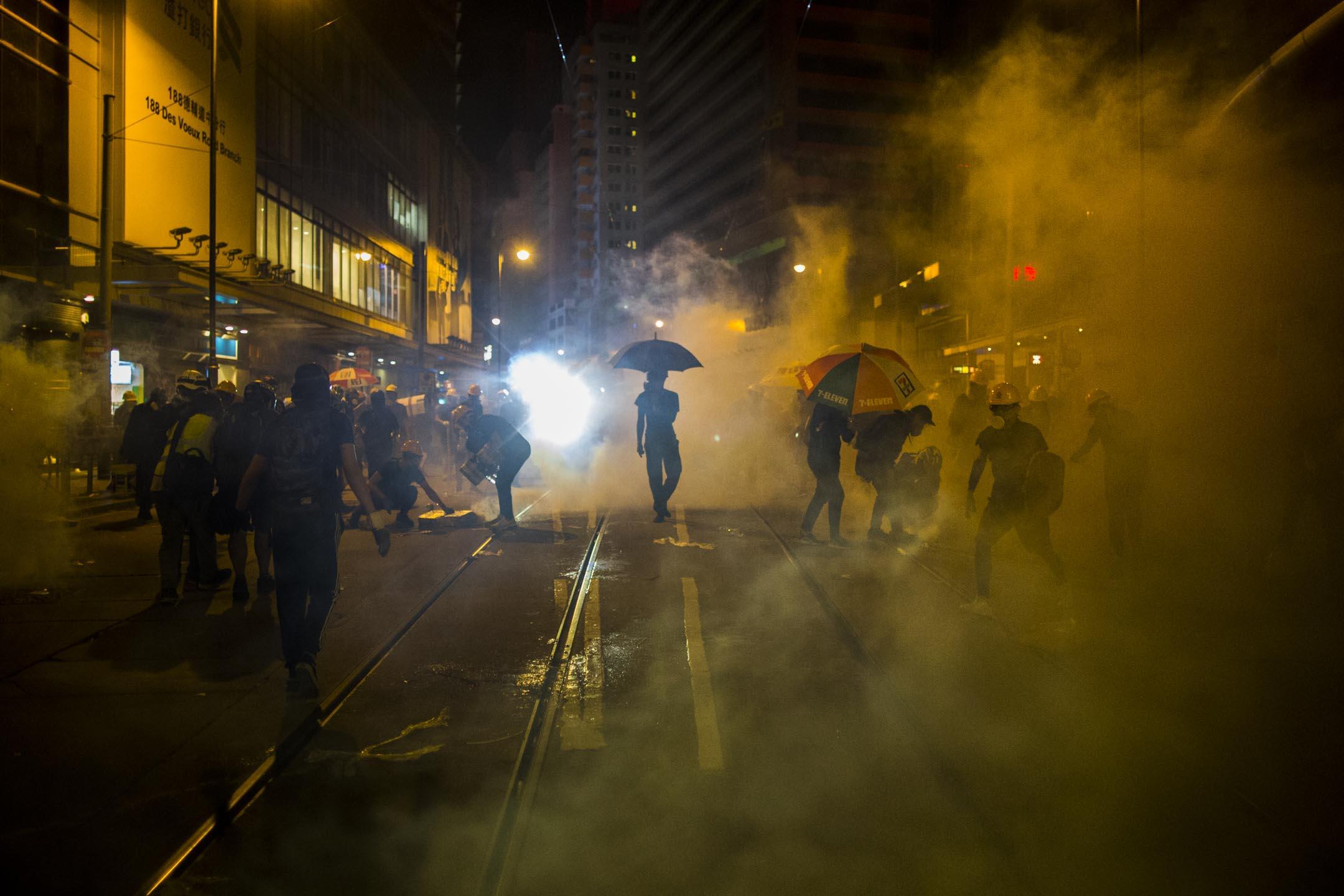 上環德輔道中,警察發射催淚彈後,示威者慌忙走避。 攝:林振東/端傳媒