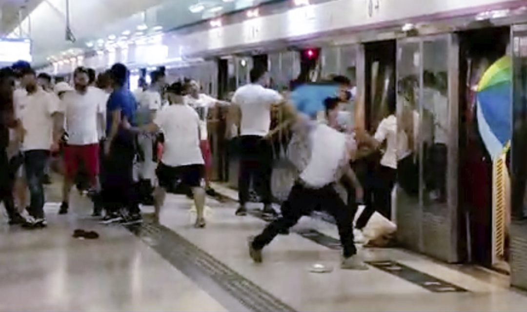 2019年7月21日晚上11時,白衣人衝在月台襲擊市民,其後更追打車廂內的乘客。
