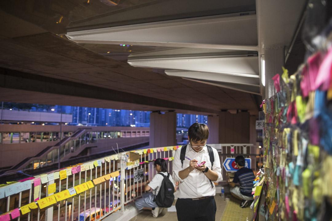 青衣港鐵站旁行人天橋。