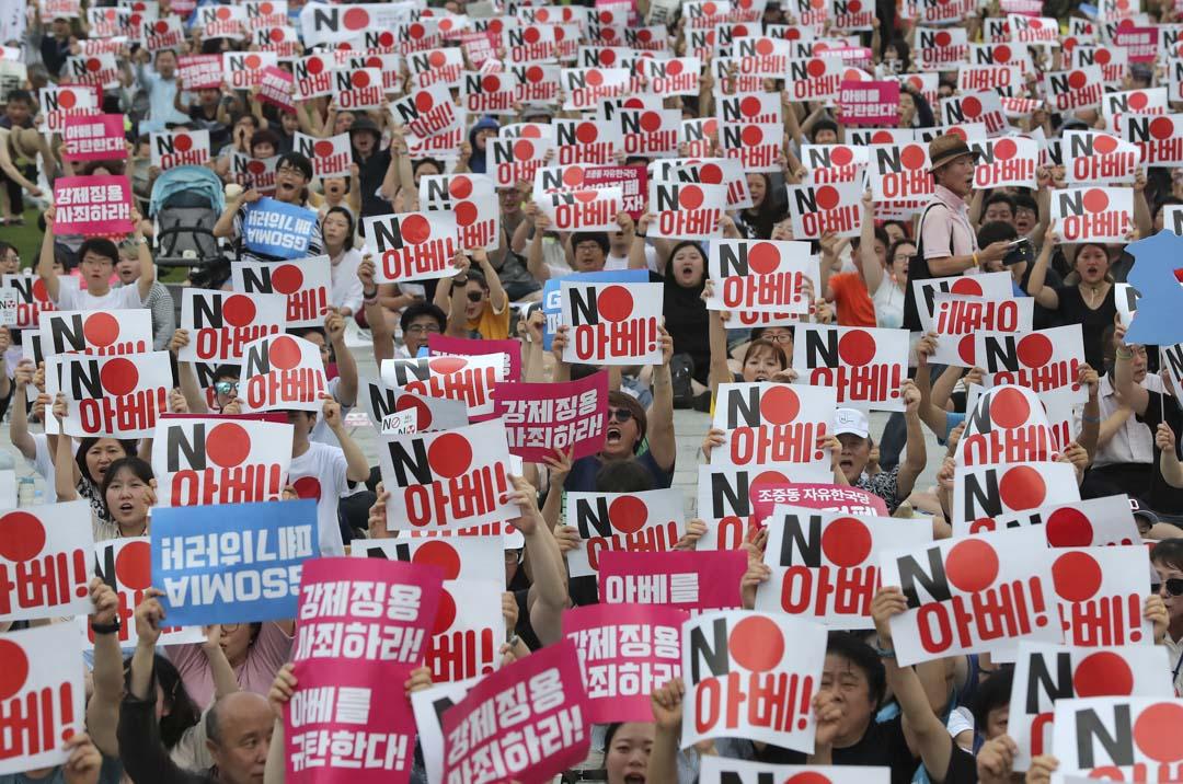 2019年7月27日,南韓首爾,不少民眾聚集在首都市中心舉行燭光守夜活動,抗議日本首相安倍晉三對韓國實施出口限制。 圖:IC photo