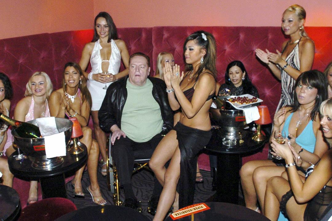2004年11月1日,Larry Flynt在巴黎脫衣舞俱樂部的一個聚會上慶祝他的62歲生日。