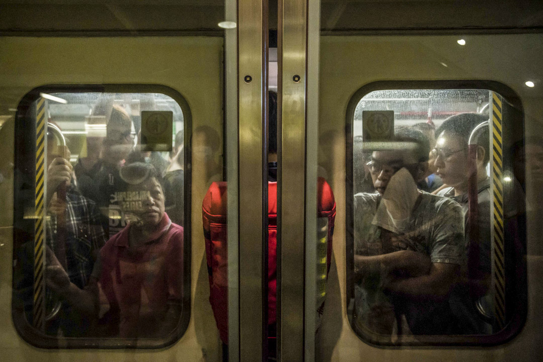 2019年7月30日,示威人士在調港鐵景嶺站聚集發起不合作運動,進入車廂時半身伸出車門,導致車門無法關閉。 攝:Billy H.C. Kwok/Getty Images