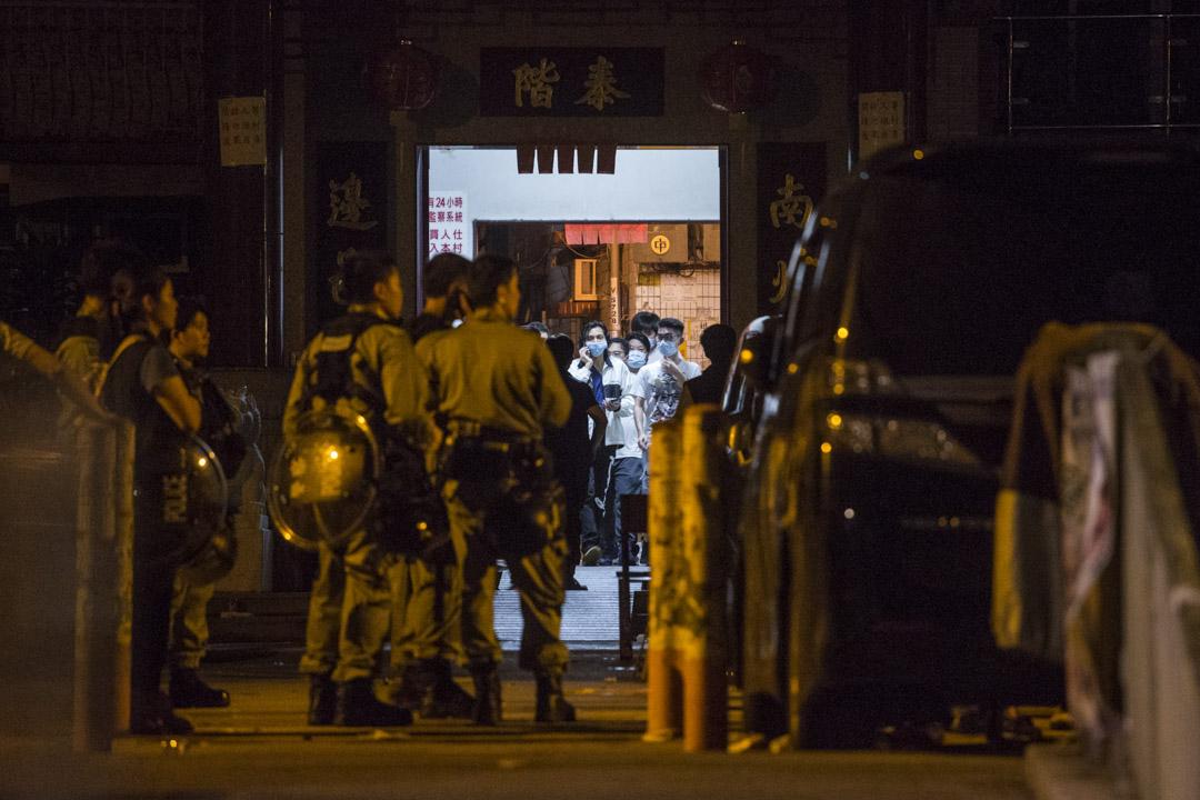 2019年7月22日,凌晨3時30分,南邊圍村外布防近三個小時的警察開始入村,過程未有遭遇村口一眾白衣人的反抗。   攝:林振東/端傳媒