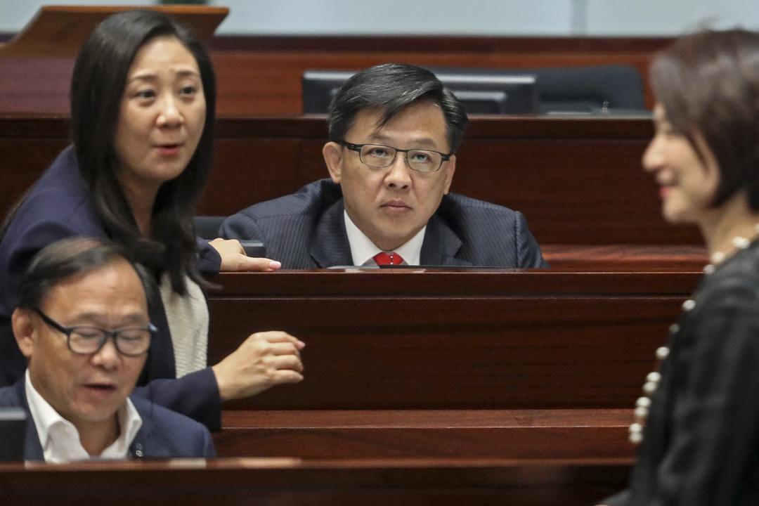 2017年10月17日,何君堯與其他建制派議員在立法會會議廳。
