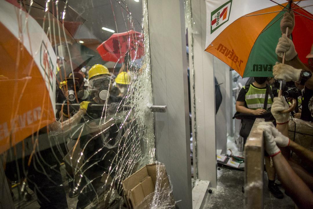 2019年7月1日,示威者打破立法會大樓的玻璃。