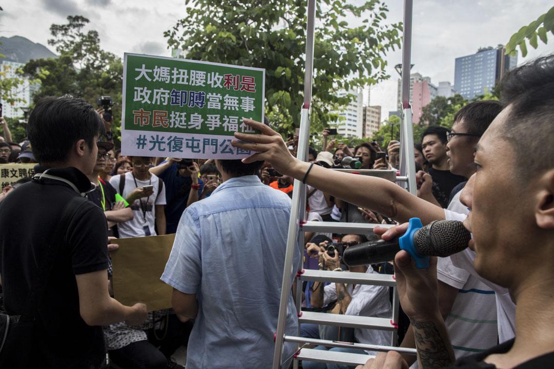 2019年7月6日,「光復屯門公園」行動,公園代表接收示威者請願信。