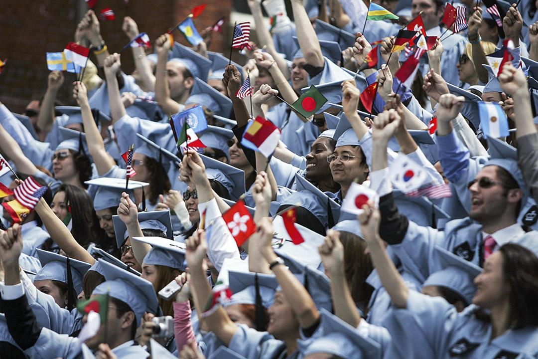 學生們在紐約市的哥倫比亞大學的畢業典禮期間歡呼。