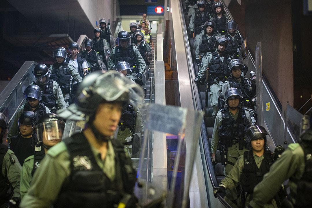 約1時20分有大批持盾防暴警員到元朗西鐵站下巡邏。