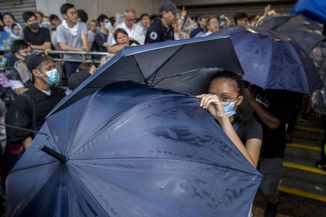2019年7月31日,東區裁判法院外,所有被告獲准保釋,由雨傘遮檔下離開法院。