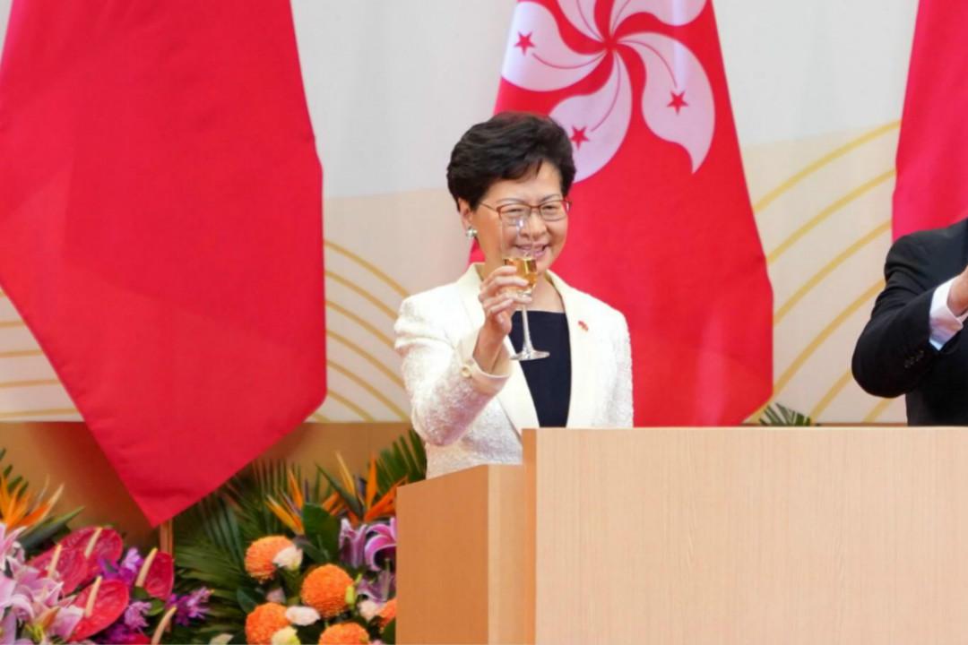 2019年7月1日,香港特首林鄭月娥在七一慶典活動上祝酒。 攝:Zhang Wei/Getty Images