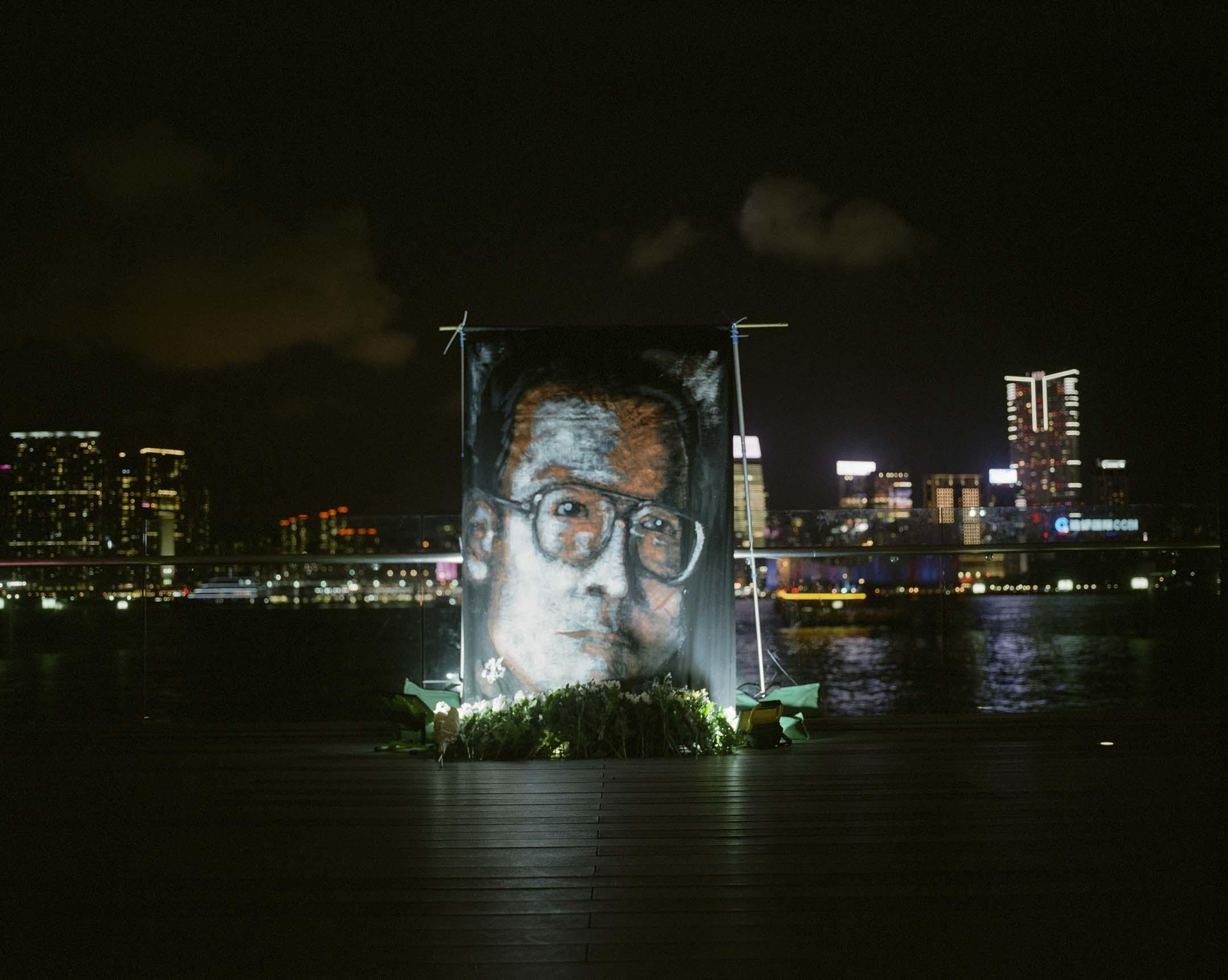 2017年7月19日,諾貝爾和平獎得主劉曉波離世後七天,全球發起公祭,支聯會晚上亦於添馬公園發起追思會,以作悼念。  攝:林振東/端傳媒