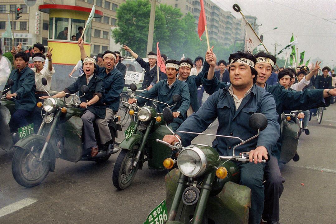 1989年5月18日中國工人在北京街道遊行,支持聚集在天安門廣場的示威者。