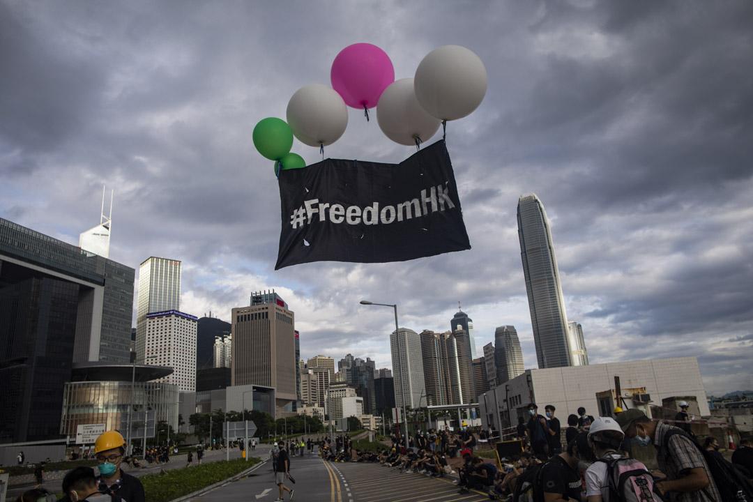 2019年7月1日早上,示威者在龍和道放「FreedomHK」氣球。