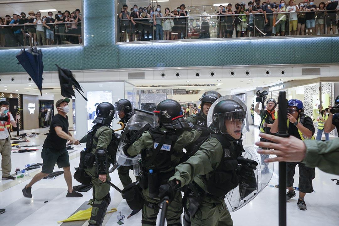 2019年7月14日,警察與示威者在新城市廣場發生衝突,示威者在高處向警察投擲物品。