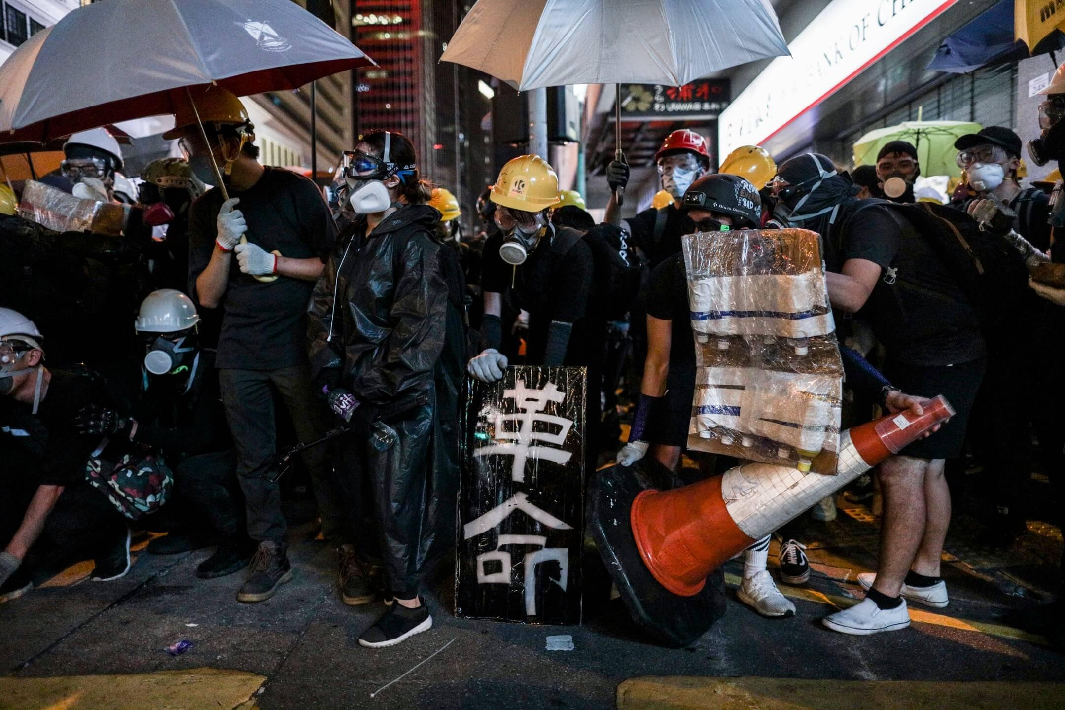 上環德輔道中,示威者設下防線,預備下一波的行動。