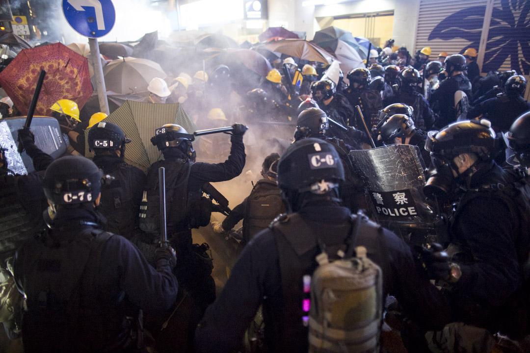 2019年7月28日晚,香港示威者與警察發生激烈衝突。 攝:林振東/端傳媒