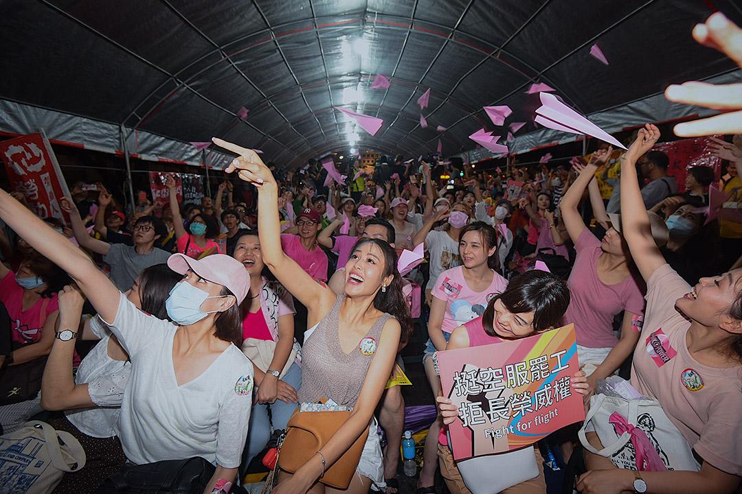 2019年7月2日,長榮工會於台北凱道舉行「一起陪長榮空服罷工」晚會。 攝:李昆翰/端傳媒