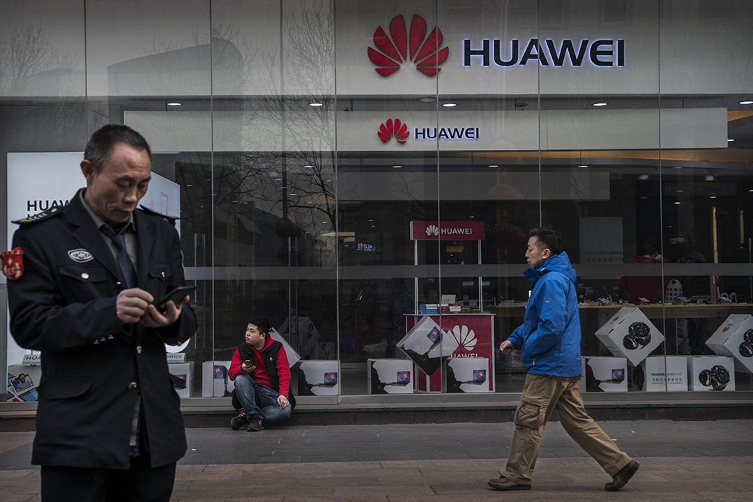 2019年1月29日,中國北京的行人走過華為的商店。