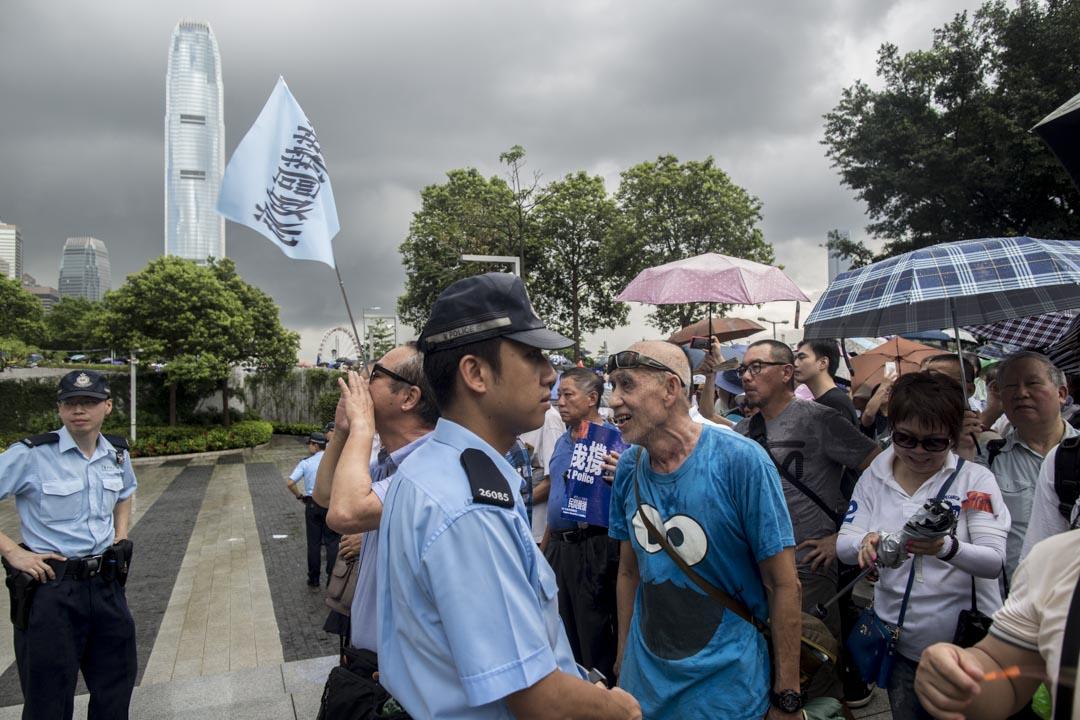 2019年6月30日,添馬公園撐警集會,參加者在立法會示威者對留守的反修例示威者作出粗言和叫罵。