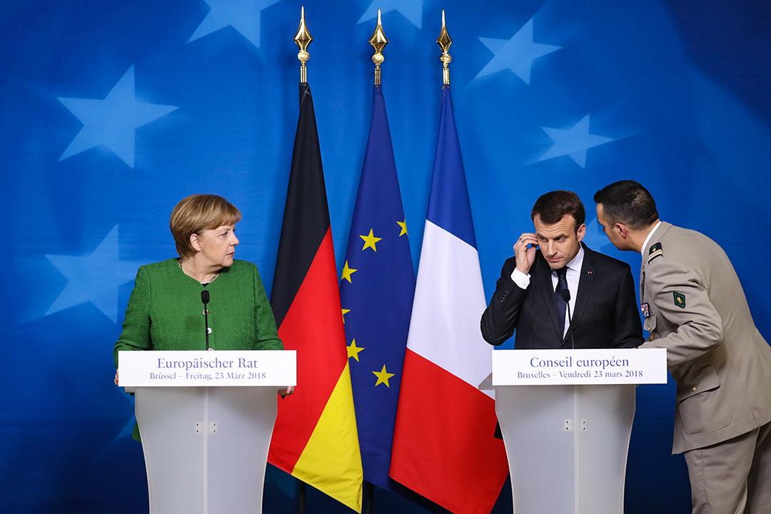 2018年3月23日,法國總統馬克龍在歐盟峰會的第二天與德國總理默克爾(左)聯合舉行的新聞發布會。