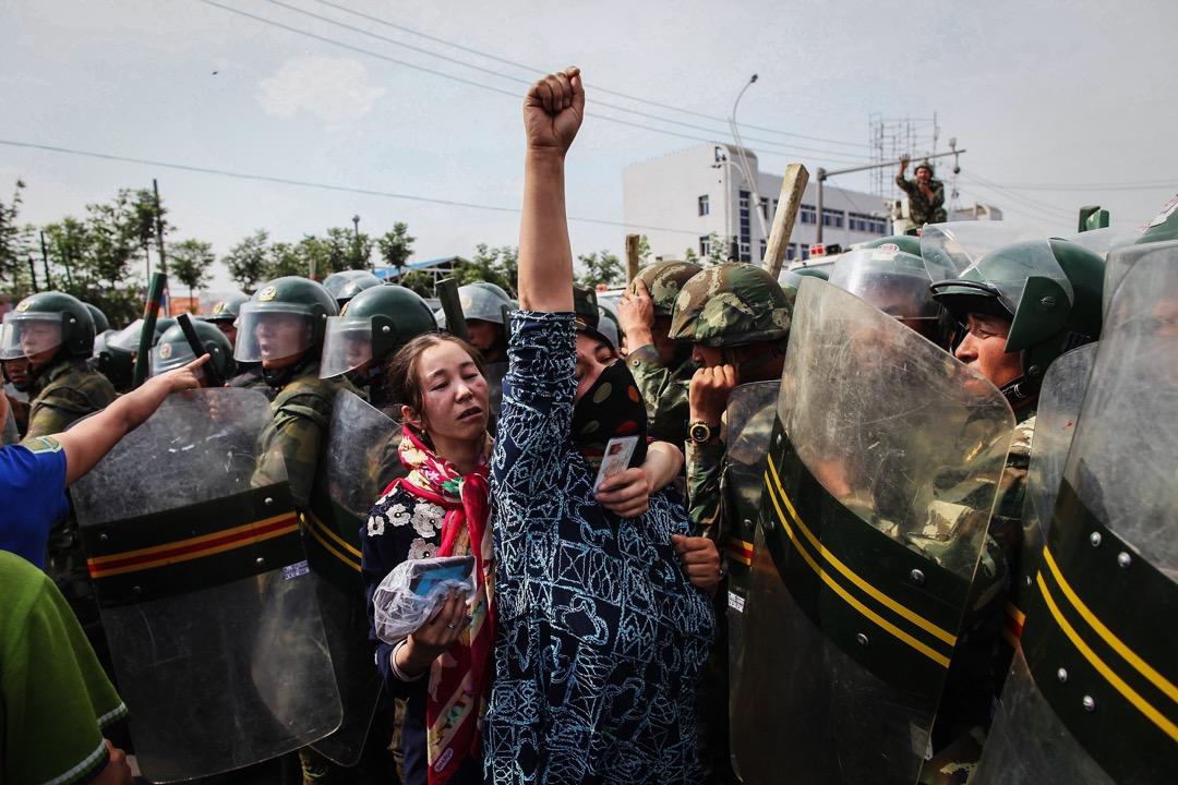 2009年7月5日烏魯木齊市爆發示威活動,在遭到武警的鎮壓後示威瞬間轉變成了暴力抵抗,隨之而來的是文革以來新疆經歷過的最血腥的騷亂。