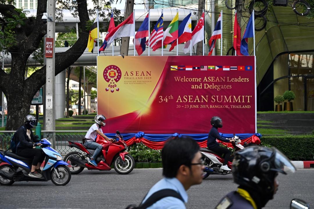 東盟在峰會發表的 《東盟對印太展望》,強調東盟作為區域合作的中心地位,對其他國家保持開放包容態度,尊重主權及承諾不侵犯別國內政,建立以規則為本的區域管治模式。