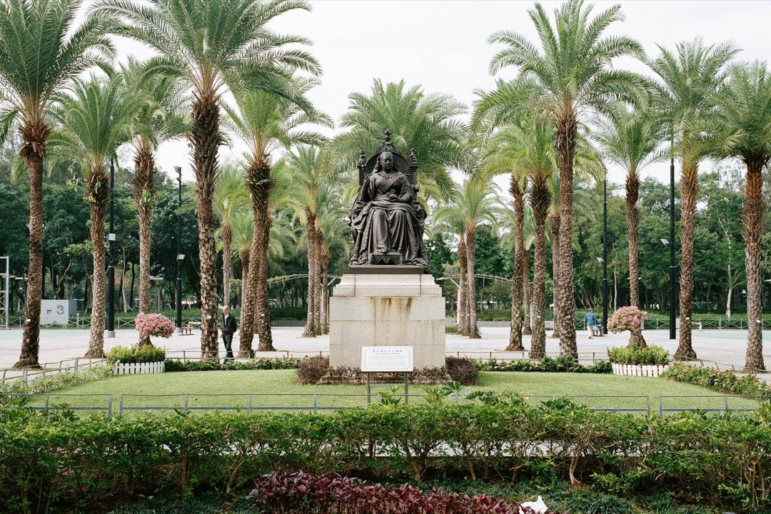 維多利亞公園裏的維多利亞女皇銅像。