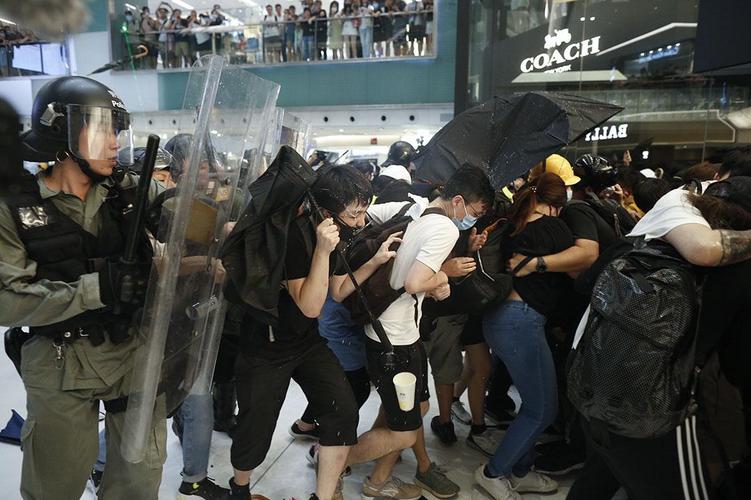 警察與示威者在新城市廣場發生衝突,警方向示威者噴發胡椒噴霧。