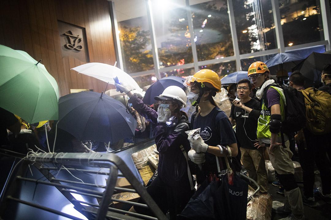 2019年7月1日晚上,有示威者引領其他示威者離開立法院。