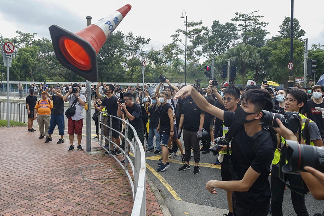 示威者向警察扔雜物。