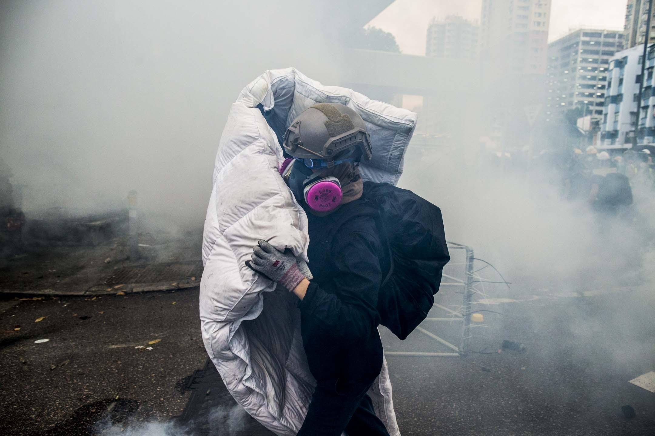 2019年7月27日,元朗衝突中,示威者以床褥抵擋警方的攻勢。