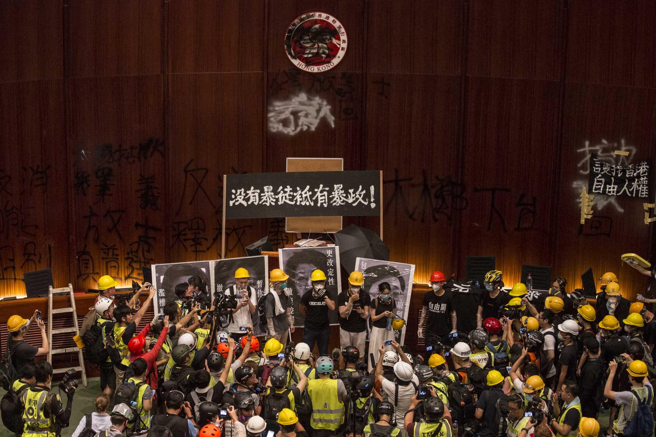2019年7月1日,立法會會議廳被佔領,示威者讀出抗爭宣言。 攝:林振東/端傳媒