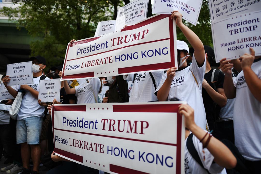 2019年6月27日、二十國集團(G20)峰會在大阪舉行期間,大阪有示威者聲援香港的「反送中」運動,要求美國總統特朗普等與會領袖,向中國國家主席習近平施壓。 攝:Charly Triballeau / AFP / Getty Images