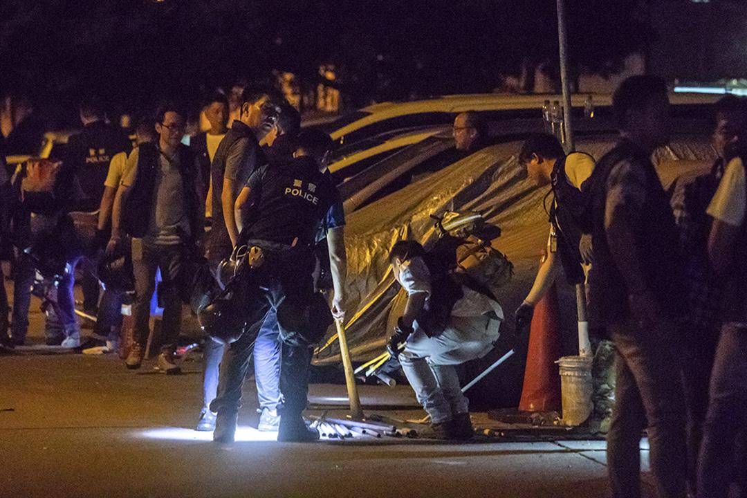 04:16,警方在村內調查,檢示地上的鐵棍。