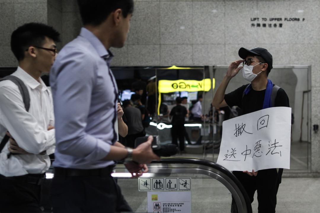 2019年6月25日,香港稅務大樓,網民發起「接放工」活動,示威者持續圍堵稅務及入境大樓,多部門隨後落閘。