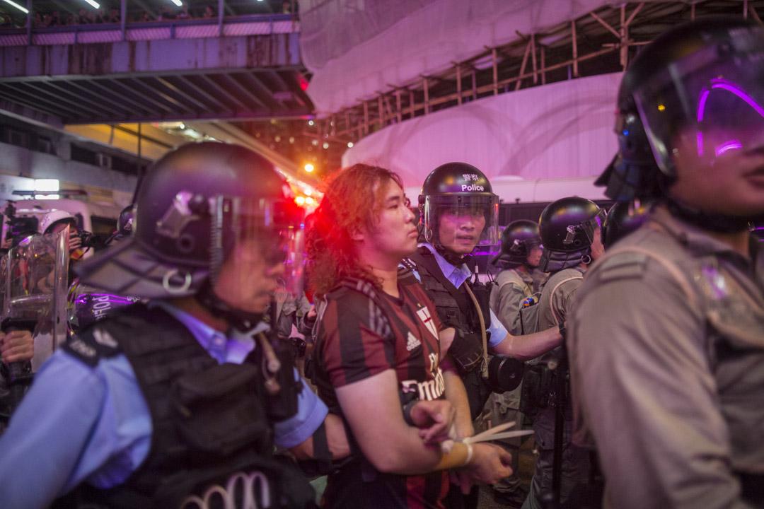 香港眾志成員廖偉濂在晚上大約9時45分在新城市廣場外的行人路上被拘捕。